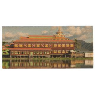 Pen Drive De Madeira Monastério por um lago