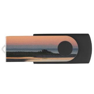 Pen Drive Praia calma no por do sol customizável