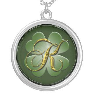 Pendente preto K da inicial do monograma do ouro v Colar Banhado A Prata