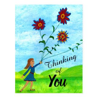Pensamento de você menina com cartão das flores