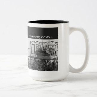 Pensando de você, banco do ferro com flores caneca de café em dois tons