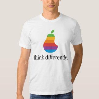 Pense diferentemente - a camisa retro da paródia T Tshirts