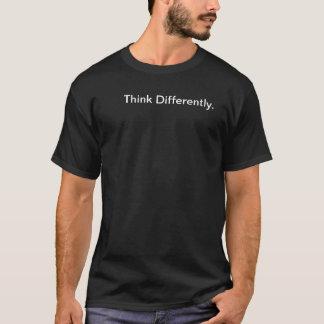 Pense diferentemente camiseta