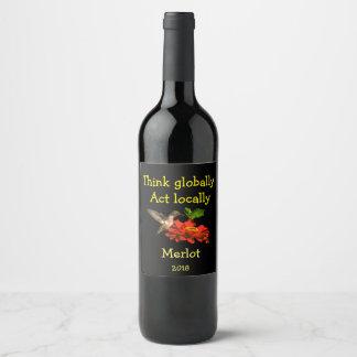 Pense global a etiqueta do vinho do colibri do ato