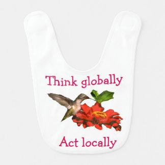 Pense global o babador do colibri do ato