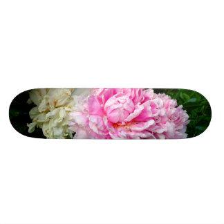 Peônias cor-de-rosa e brancas shape de skate 19,7cm