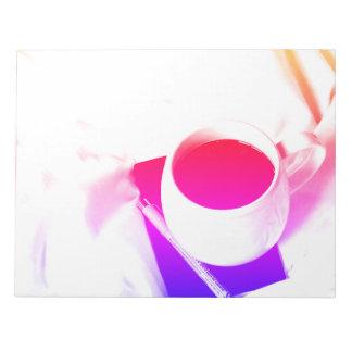 Pequeno almoço do chá do arco-íris no copo de café bloco de notas