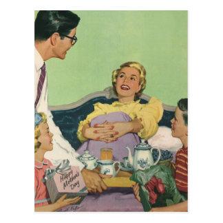 Pequeno almoço servido mamã do vintage na cama cartão postal