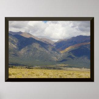 Perto do poster grande das montanhas