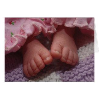 Pés recém-nascidos do bebê cartão comemorativo