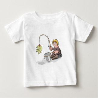 Pesca do pescador dos desenhos animados no gelo camiseta para bebê