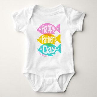 Pesca feliz da camisa dos pais do bebé primeira