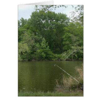 Pescando o cargo que descansa na frente de um lago cartão comemorativo