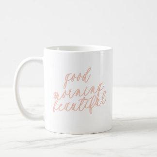 Pêssego bonito da caneca de café do bom dia