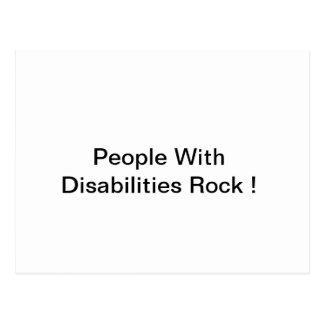 Pessoas com o cartão da rocha das inabilidades