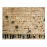 Pessoas que praying na parede lamentando cartão postal