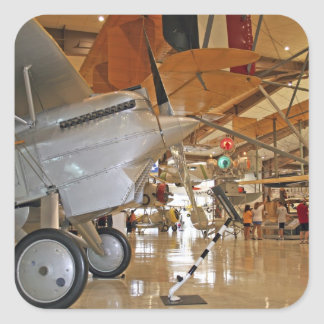 Pessoas que visitam o Museu Nacional da aviação Adesivo Quadrado