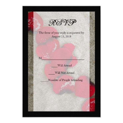 Pétalas de rosa vermelha no casamento de praia RSV Convites