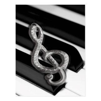 Piano com funcionarios Gclef do símbolo de música Cartão Postal