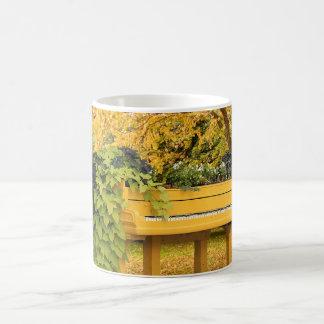 Piano em madeiras do outono caneca de café
