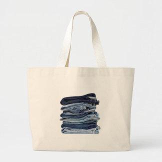 Pilha de calças de ganga bolsa