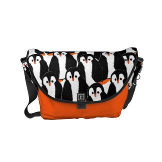 Pilhas bonitos e lunáticas dos pinguins bolsa mensageiro