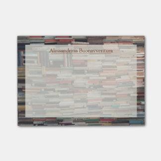 Pilhas de livros com nome feito sob encomenda bloco post-it