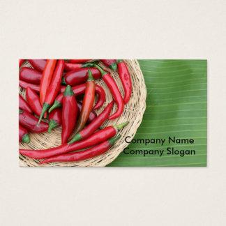 Pimentões vermelhos na folha da banana cartão de visitas