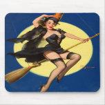 Pin da bruxa do Dia das Bruxas acima da menina Mousepad