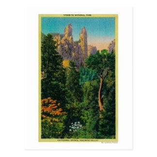 Pináculos da catedral e vale de Yosemite Cartão Postal