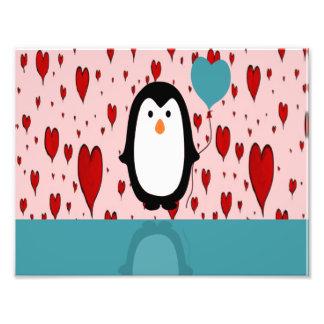 Pinguim adorável com balão do coração impressão de foto