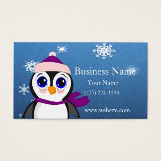 Pinguim adorável dos desenhos animados com lenço e cartão de visitas