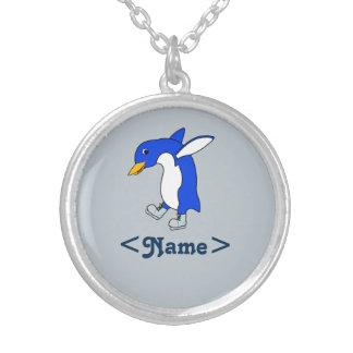 Pinguim azul do Natal com os skates de gelo de Colar Com Pendente Redondo