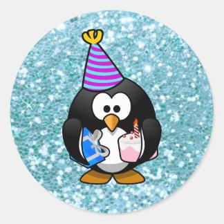 Pinguim bonito do feliz aniversario com etiqueta