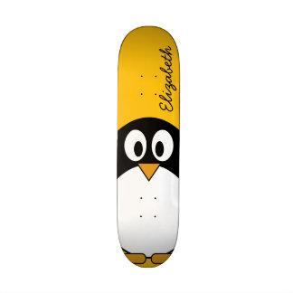 Pinguim bonito e moderno dos desenhos animados skate personalizado