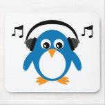 Pinguim bonito & fones de ouvido de Dee Jay custom Mousepad