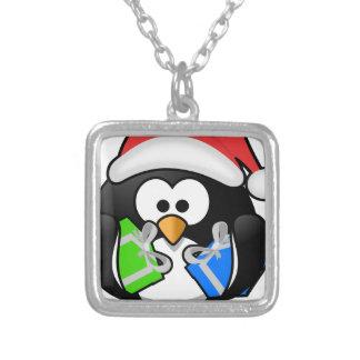 Pinguim com presentes colar banhado a prata