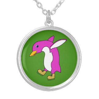 Pinguim cor-de-rosa do Natal com os skates de gelo Colar Com Pendente Redondo