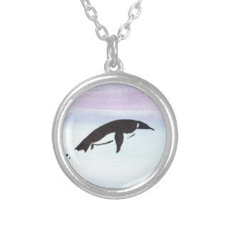Pinguim da natação colar banhado a prata