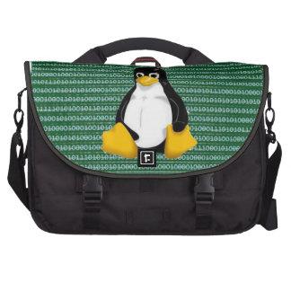 Pinguim de Linux no fundo binário Bolsas Para Computador Portátil