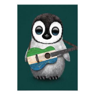 Pinguim do bebê que joga a cerceta da guitarra da convite