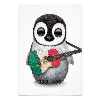 Pinguim do bebê que joga a guitarra da bandeira convites personalizado
