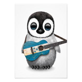 Pinguim do bebê que joga a guitarra da bandeira de convite personalizado