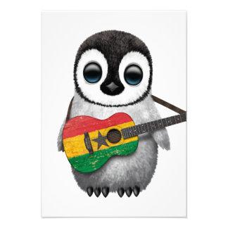 Pinguim do bebê que joga a guitarra da bandeira de convites personalizado