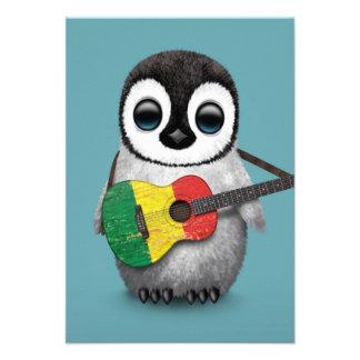 Pinguim do bebê que joga o azul da guitarra da convite personalizados