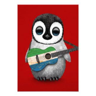 Pinguim do bebê que joga o vermelho da guitarra da convites