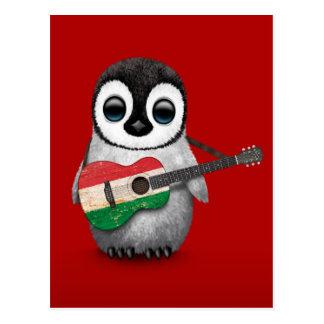 Pinguim do bebê que joga o vermelho húngaro da cartao postal