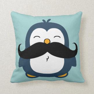 Pinguim do bigode travesseiro de decoração