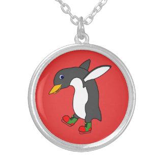Pinguim do Natal com os skates de gelo vermelhos & Colar Com Pendente Redondo