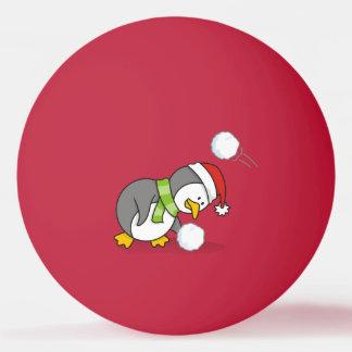 Pinguim do Natal que obtem uma bola da neve